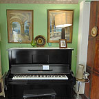 PIANOLA IN FOYER