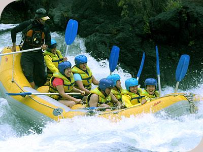 在急湍的塔利河上划舟5小时