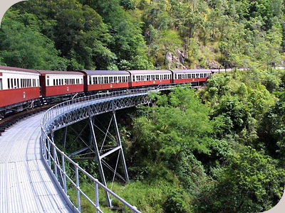 乘坐火车和空中缆车到库兰达,欣赏沿途的优美风景
